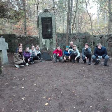 Szkoła pamięta - uczniowie z Potęgowa sprzątali opuszczone groby