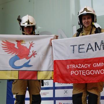 Strażacy z gminy Potęgowo wbiegli na szczyt warszawskiego wieżowca