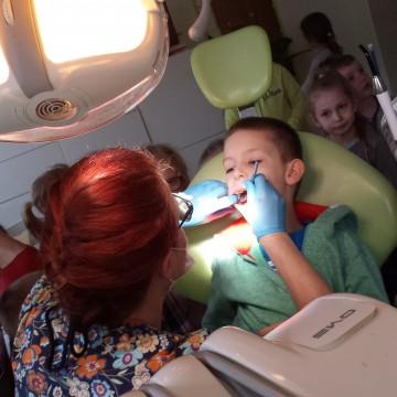 Dzieci z zerówki z wizytą w gabinecie stomatologicznym