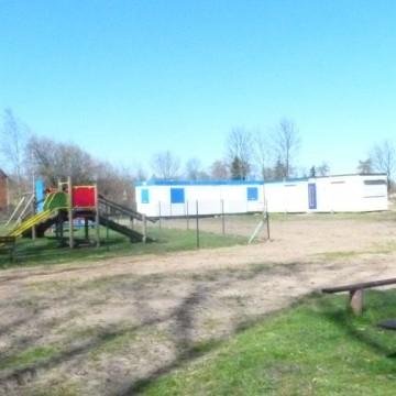 boisko gminne w Grapicach obok plac zabaw