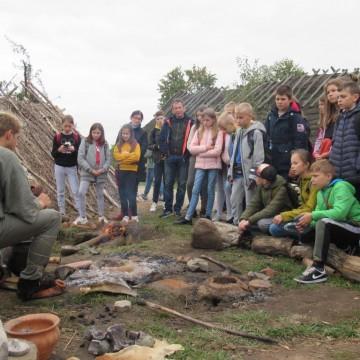 Wycieczka młodych archeologów do Biskupina