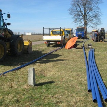 koparka i maszyny budowlane podczas przygotowania do budowy wodociągu