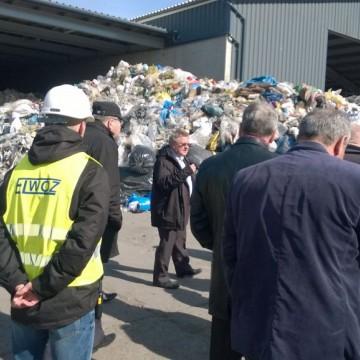 członkowie porozumienia na wysypisku śmieci przed wejściem do hali