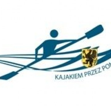 logo z kajakarzem wiosłującym na kajaku