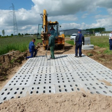 robotnicy wraz z koparką podczas budowy drogi na terenie Wielofunkcyjnego Ośrodka Przemysłowo – Usługowego w Potęgowie