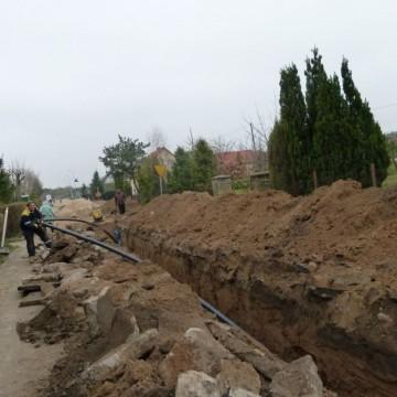 robotnicy przy rowie podczas przebudowy sieci wodociągowej przy ulicy Darżyńskiej w Potęgowie